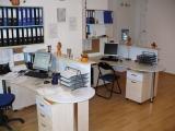 világos irodabútor
