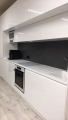 Letisztult magasfényű festett modern konyha