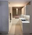 fényes fehér minimál konyhabútor