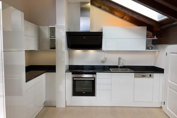 Fehér fényes acryl konyhabútor
